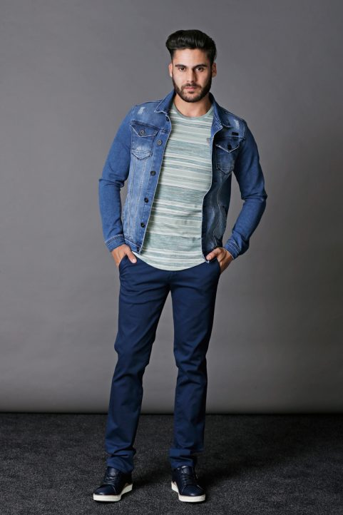 jeansjack € 79,95<br/>t-shirt € 39,95<br/>chino € 59,90
