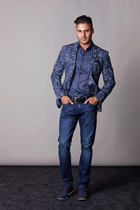 colbert € 99,90<br/>overhemd € 44,90<br/>jeans € 59,99