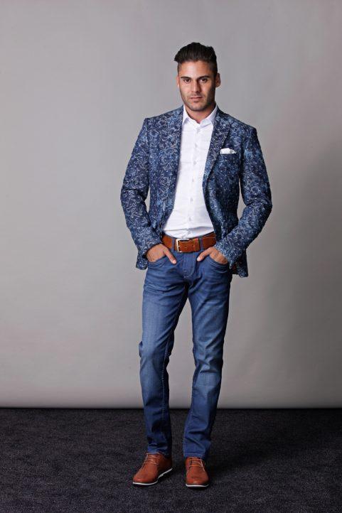 colbert € 109,90<br/>overhemd € 29,90<br/>jeans € 59,99