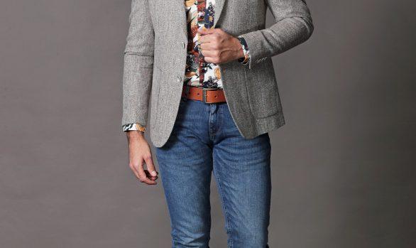colbert € 109,90<br/>overhemd € 49,90<br/>jeans € 39,99