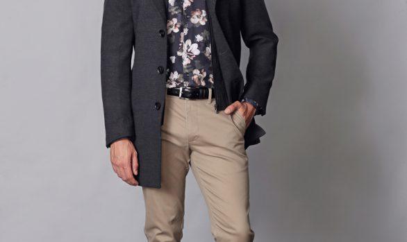 mantel € 129,90<br/>overhemd € 49,90<br/>chino € 69,90