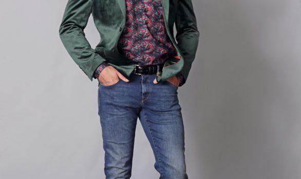 colbert € 109,90<br/>overhemd € 49,90<br/>jeans € 59,99