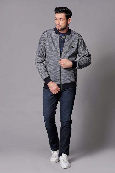 vest € 74,95<br/>t-shirt € 39,95<br/>jeans € 59,99
